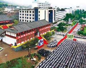 剑阁中学清明祭孔大典在校园文庙(兼山书院)举行。图为全校师生齐诵国学经典